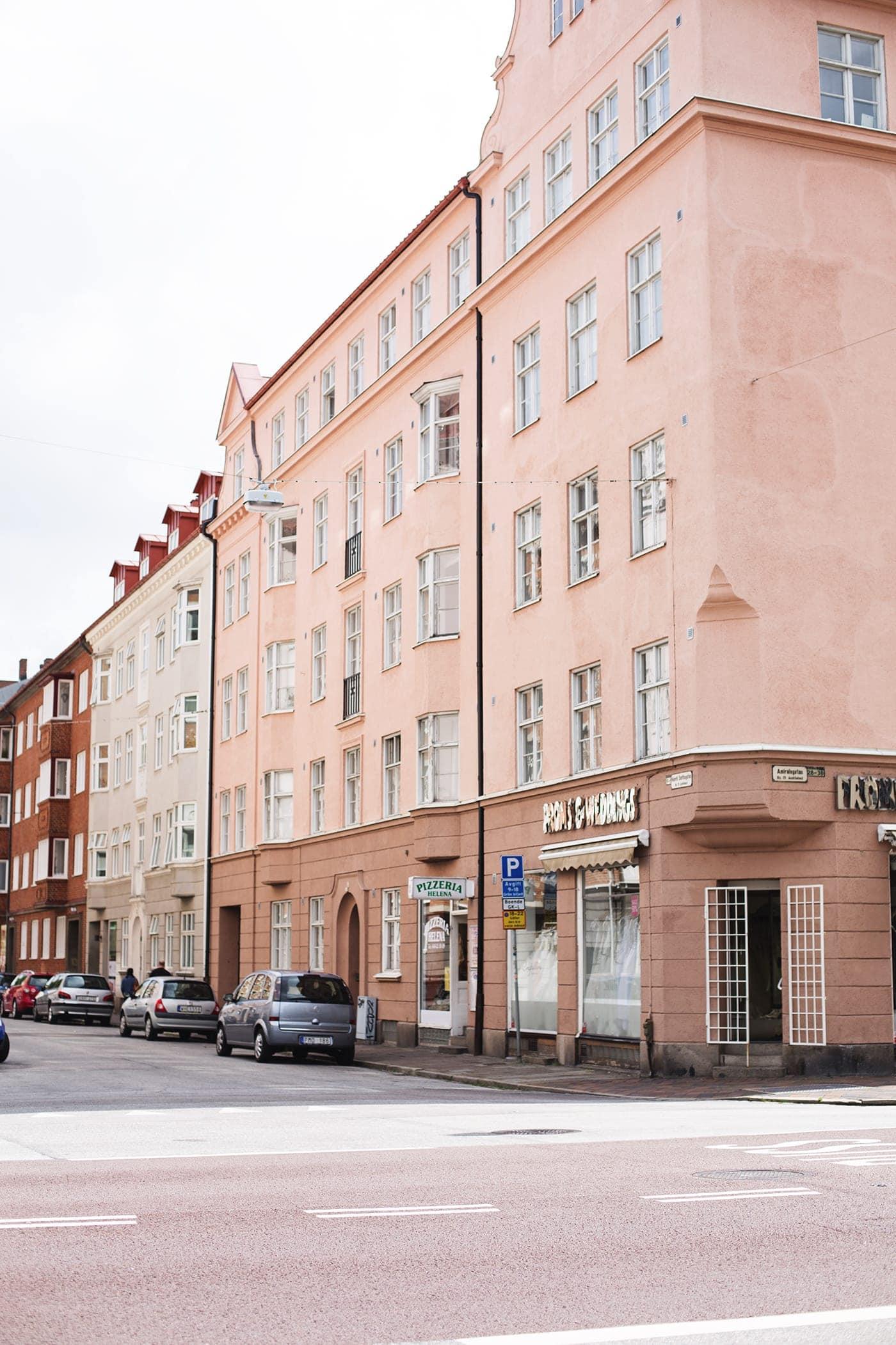 copenhagen-wanderlust-malmo-salmon-coloured-buildings